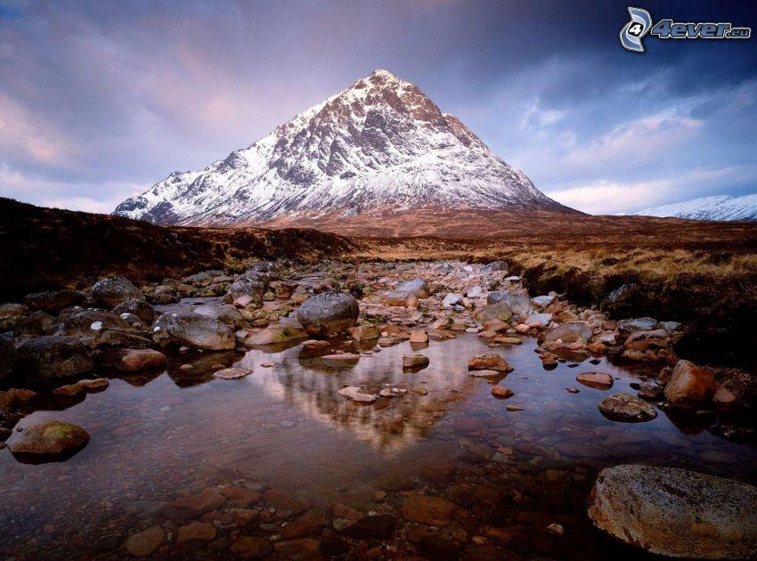 Glen Coe, Escocia, lago de montaña, rocas