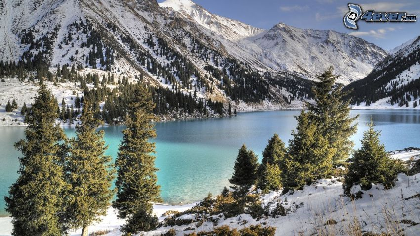 Kolsai Lakes, colinas cubiertas de nieve