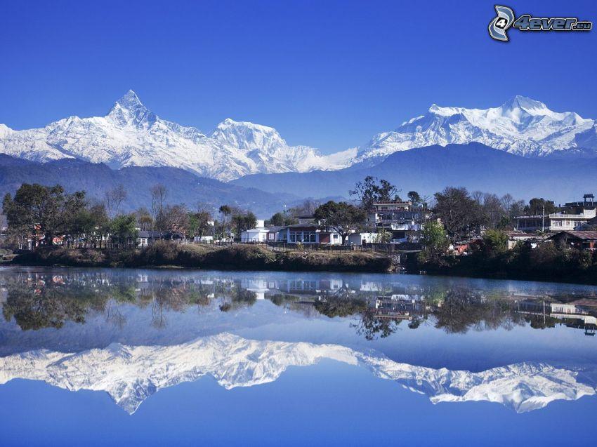 lago, aldea, montañas nevadas, reflejo