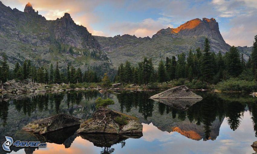 lago, montaña rocosa, rocas, árboles coníferos, reflejo