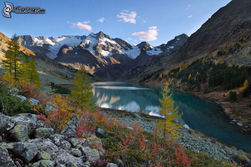 lago de montaña, rocas, montañas nevadas