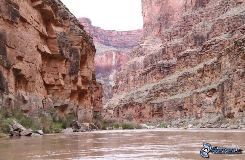 montaña rocosa, río
