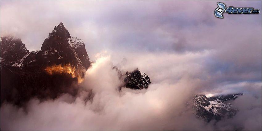 montañas en las nubes, montaña rocosa