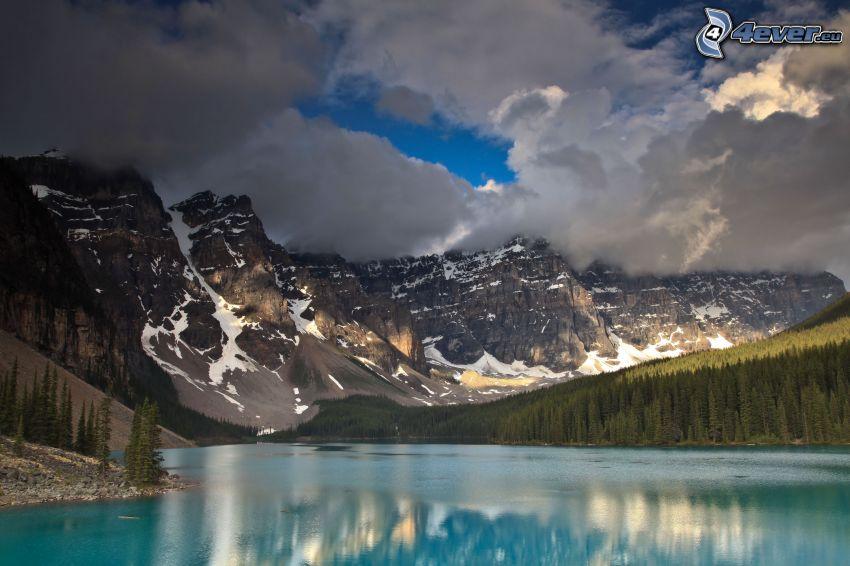Moraine Lake, lago azul, montañas nevadas, montaña rocosa, nubes