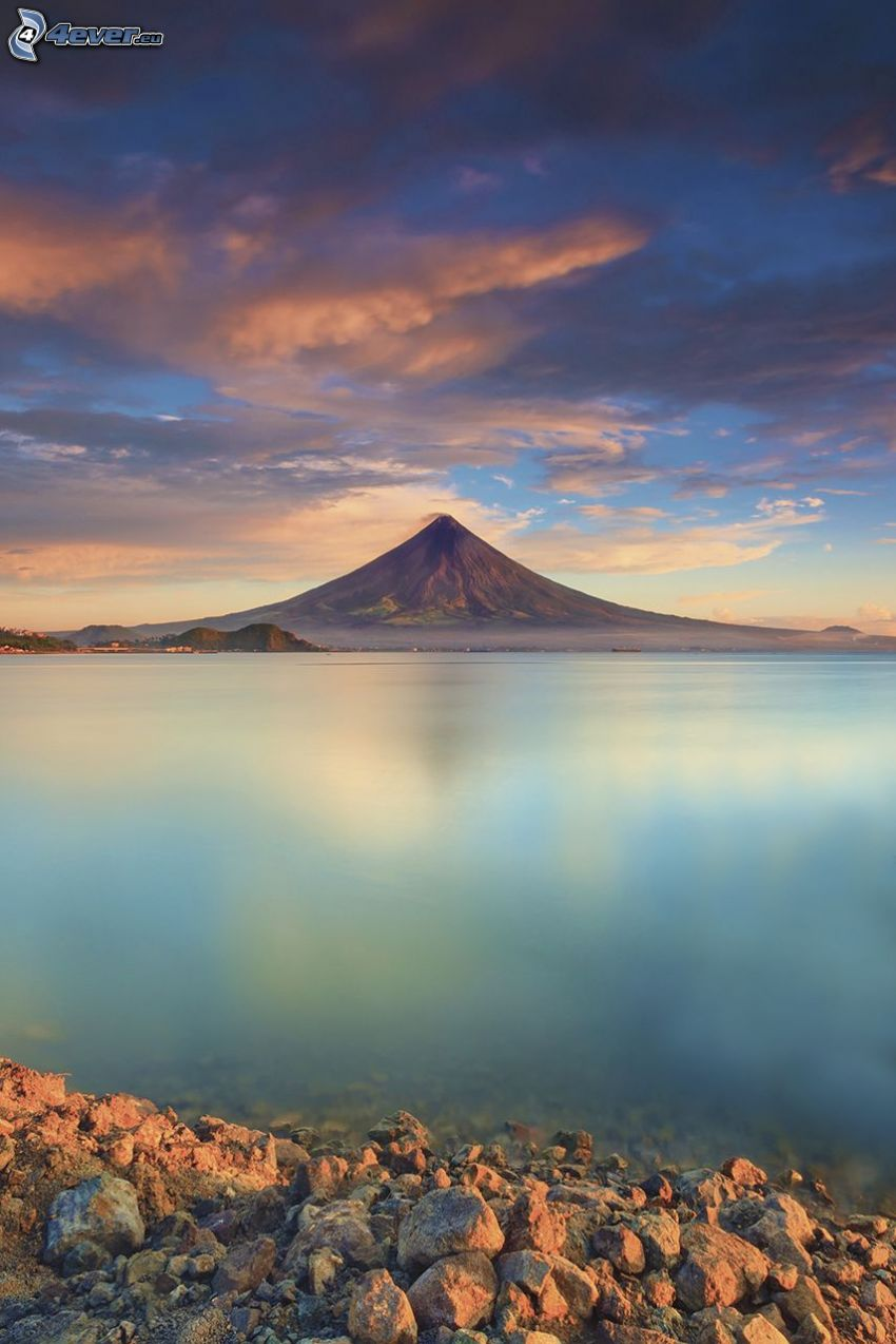 Mount Mayon, Filipinas, mar, playa rocosa, cielo de color rosa