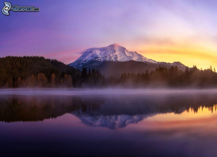 Mount Shasta, cielo de la tarde, después de la puesta del sol, lago de montaña, reflejo