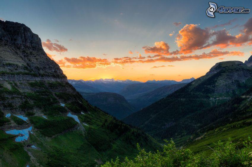 Mount Wilber, puesta de sol detrás de las montañas, cielo anaranjado