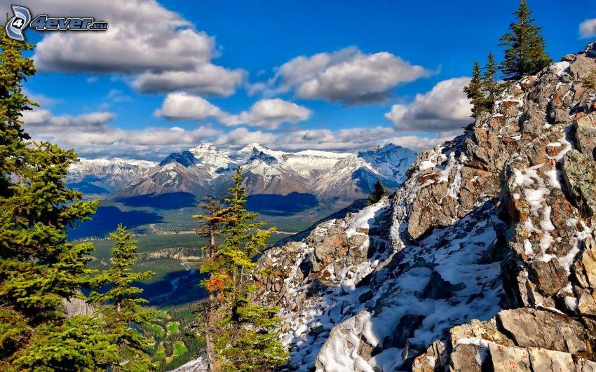 Parque Nacional Banff, montaña rocosa, árboles coníferos, nieve