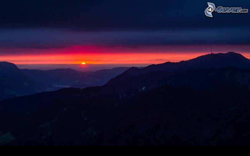 puesta de sol detrás de las montañas