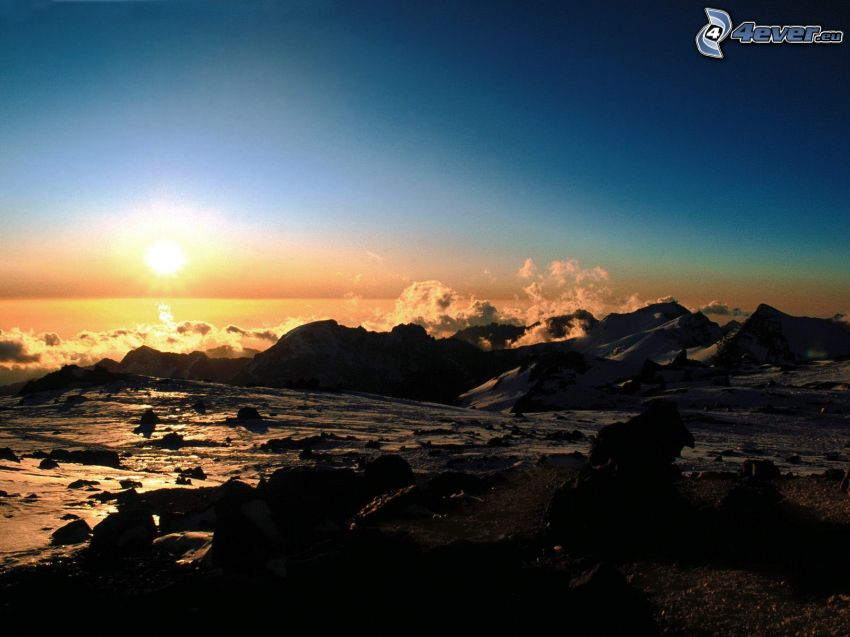 puesta de sol en las montañas, nubes