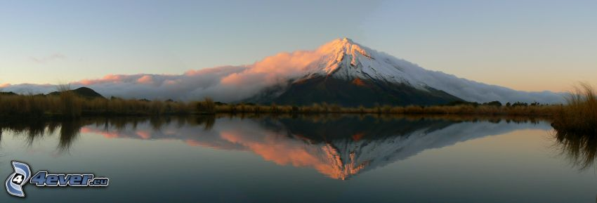 Taranaki, montaña nevada, nubes, reflejo