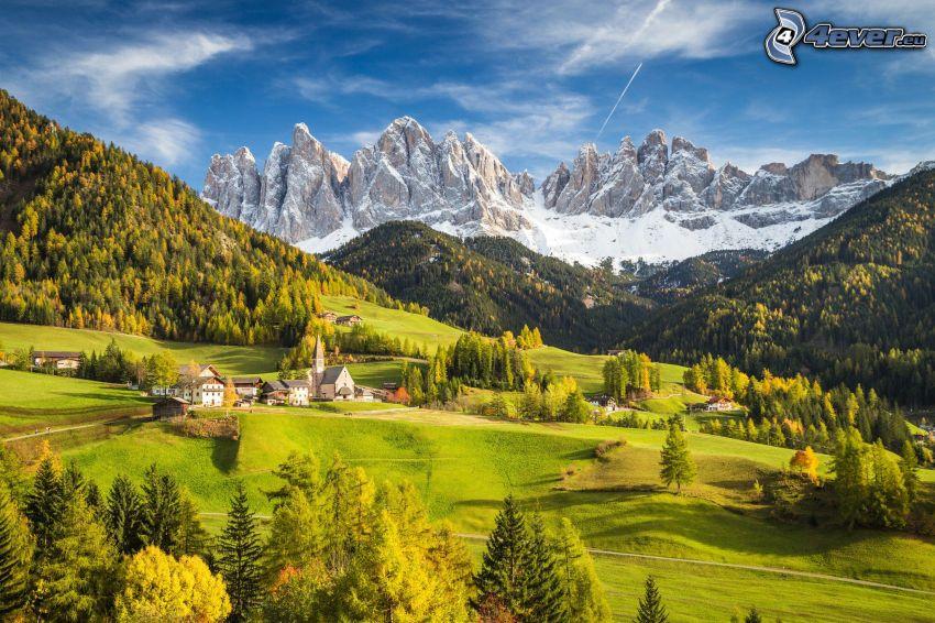 Val di Funes, aldea, valle, montaña rocosa, Italia