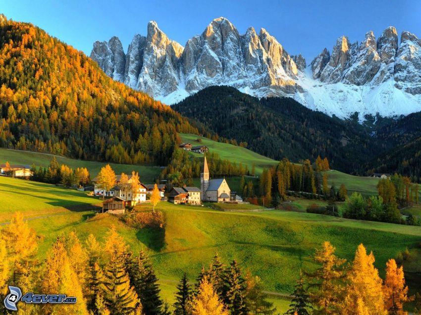 Val di Funes, Italia, aldea, montañas nevadas, bosques y praderas