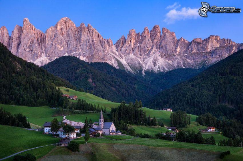 Val di Funes, valle, aldea, montaña rocosa, Italia