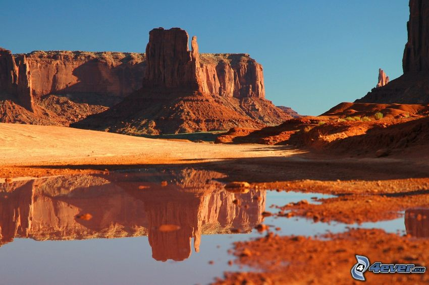 Monument Valley, charco, reflejo