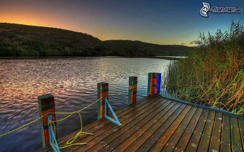muelle de madera, río, puesta del sol