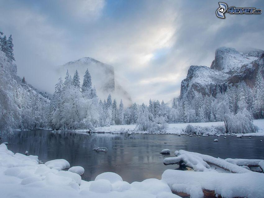 paisaje nevado, río en invierno, bosque nevado, montaña rocosa