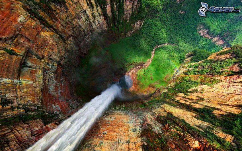 cascada enorme, rocas