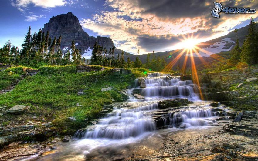 Glacier National Park, Montana, USA, corriente, árboles coníferos, montaña, rayos de sol, sol