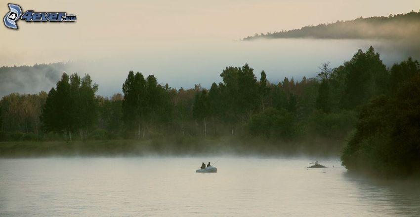 lago, barco en un lago, personas, niebla baja, árboles