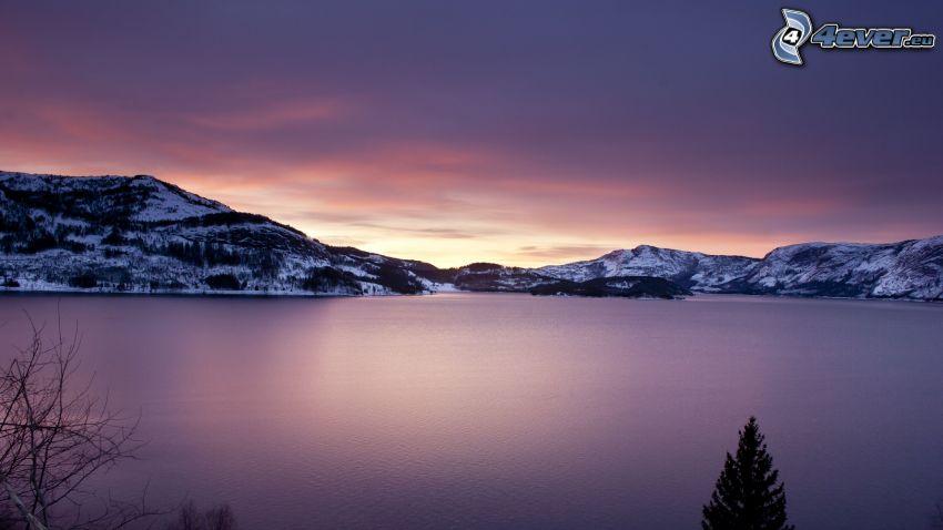 lago, colinas cubiertas de nieve, salida del sol