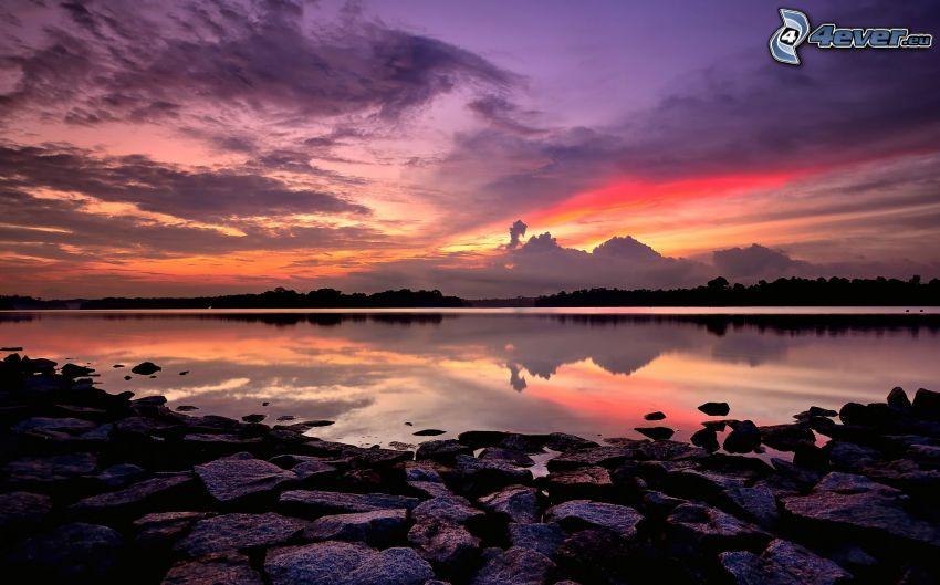 lago, después de la puesta del sol