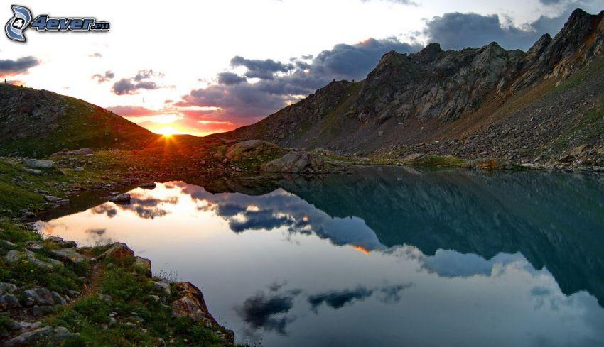 lago de montaña, montañas rocosas, reflejo, puesta de sol en las montañas