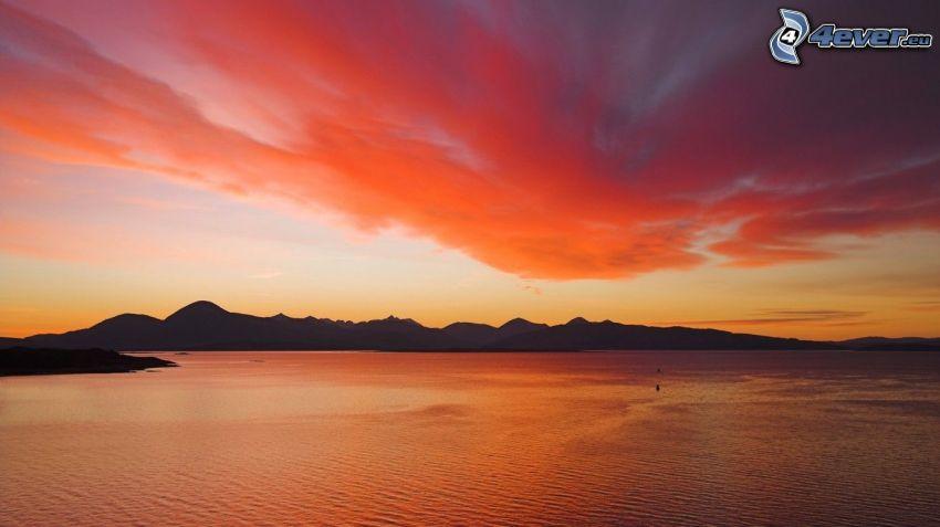 lago grande, después de la puesta del sol, cielo anaranjado