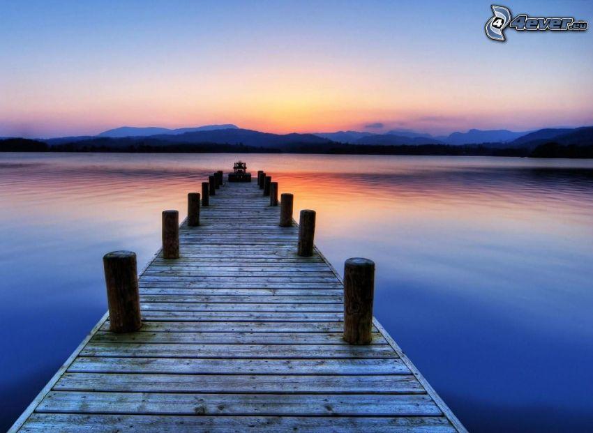 muelle de madera, lago, después de la puesta del sol