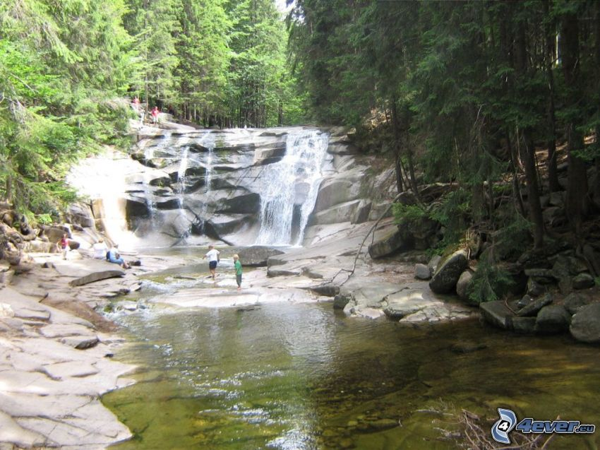 Mumlavský cascada, turistas, río, bosque
