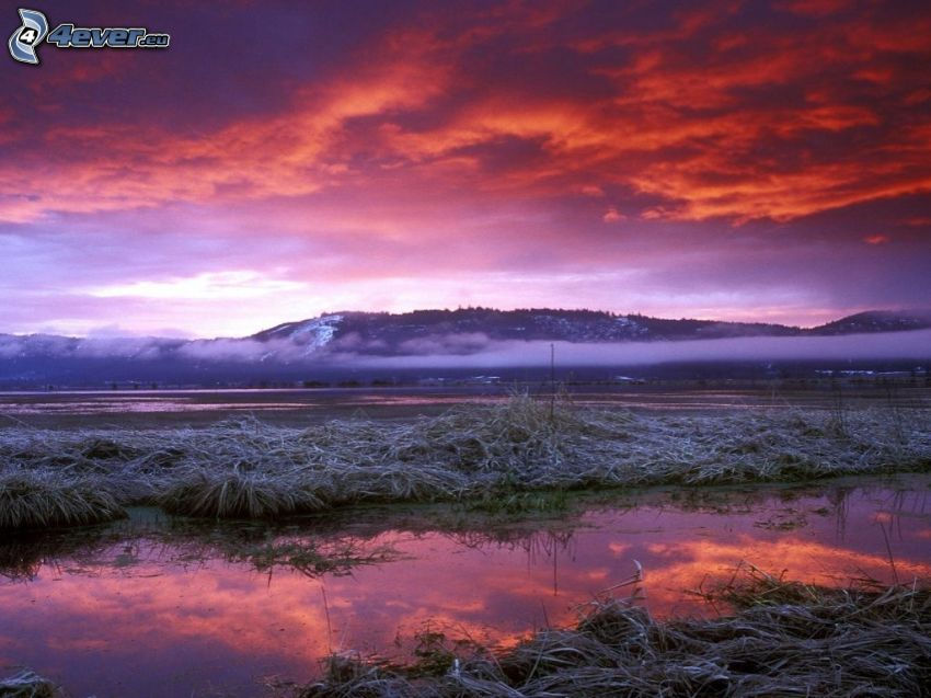 paisaje de invierno, río, sierra, cielo rojo