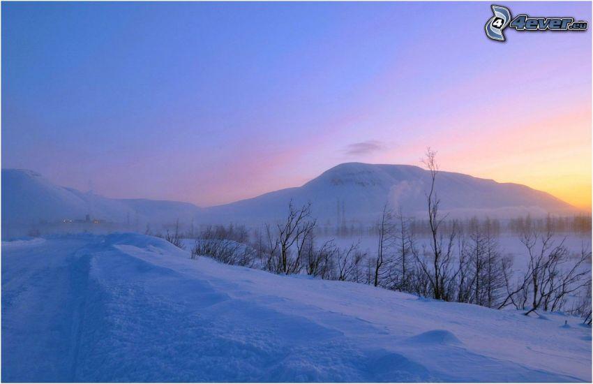 paisaje nevado, después de la puesta del sol