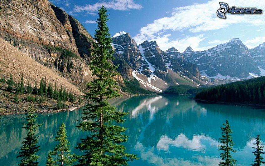Parque Nacional Banff, Alberta, Canadá, lago, montañas nevadas, árboles coníferos