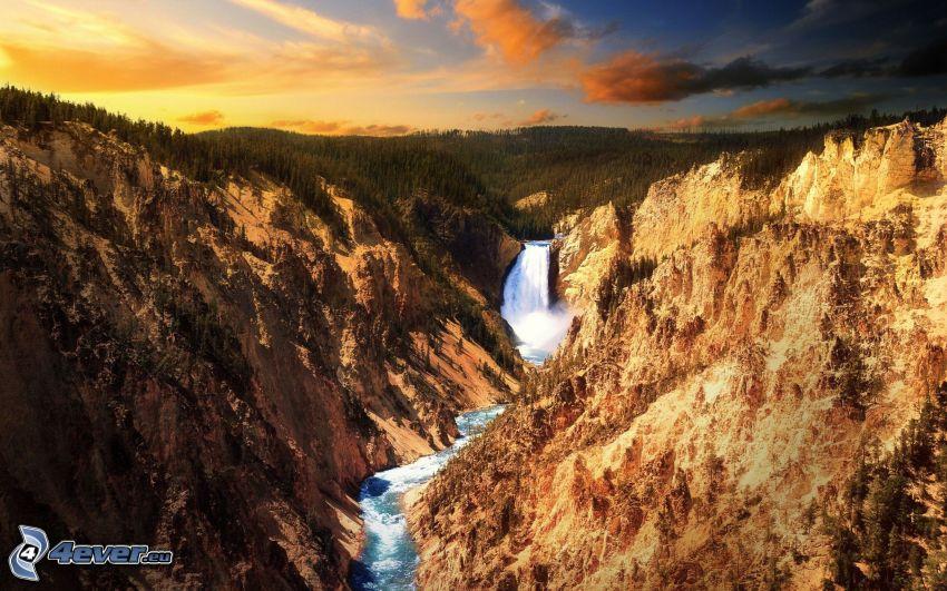Parque Nacional de Yellowstone, cascada enorme, montañas
