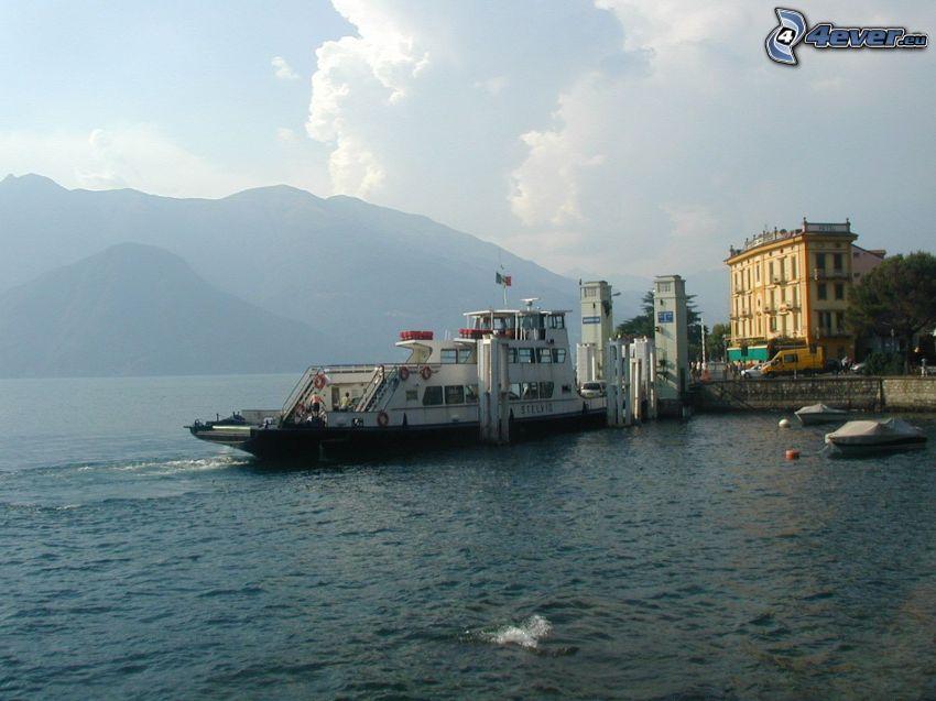 puerto en el lago, barco turístico, montañas