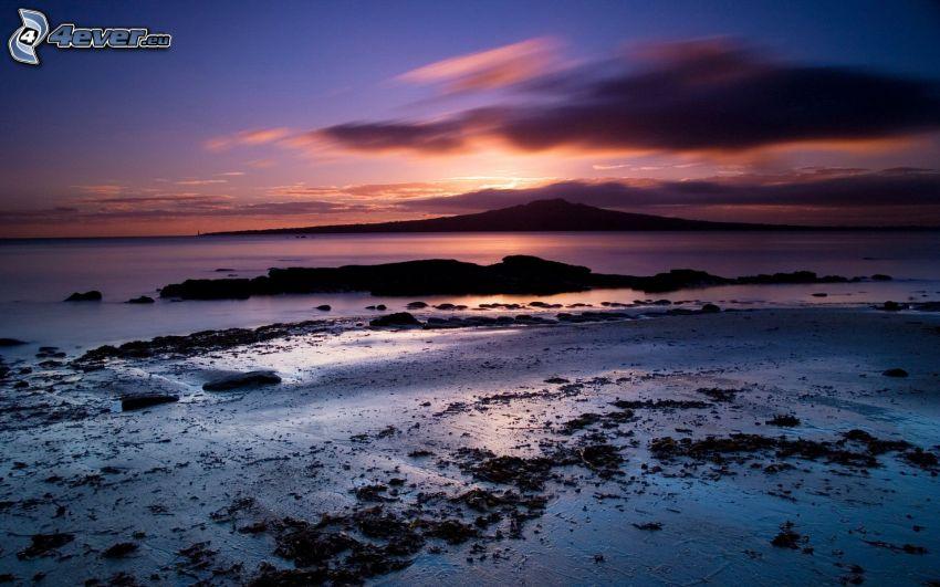 puesta de sol detrás de la isla