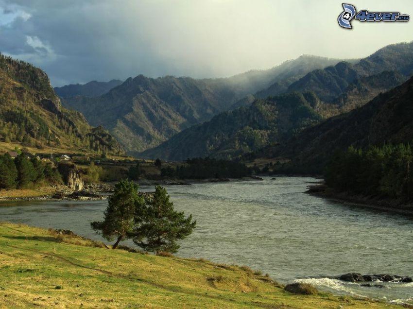 río, árboles solitarios, montañas, nubes