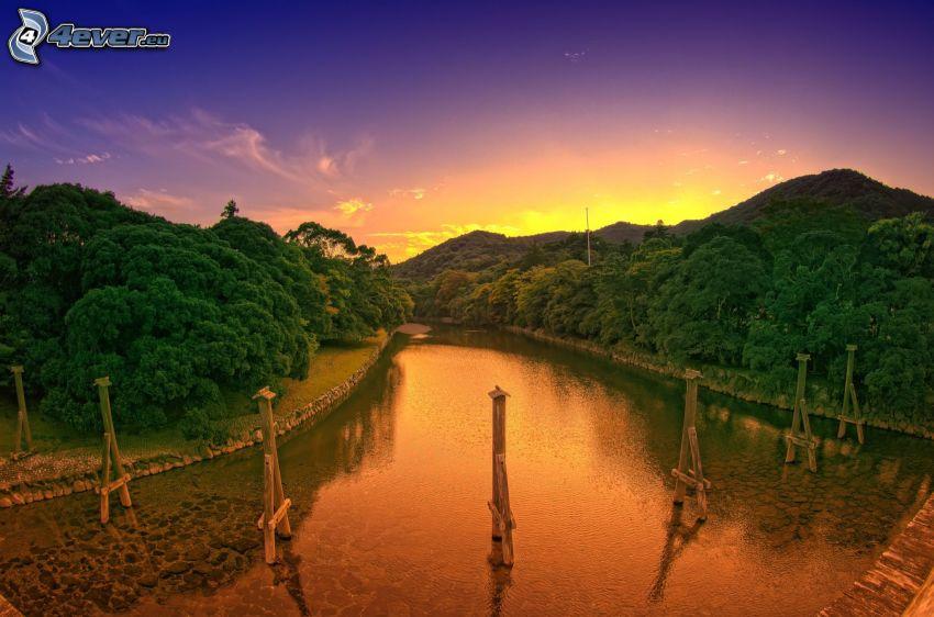 río, sierra, después de la puesta del sol