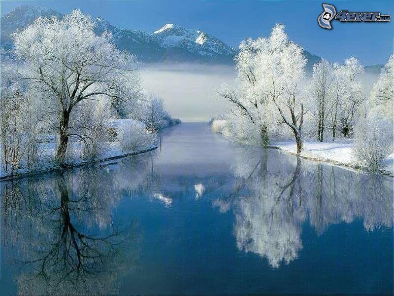 Río en invierno, árboles nevados, montañas