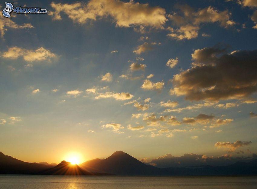 salida del sol, colina, nubes, lago