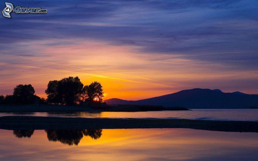 sierra, puesta del sol, siluetas de los árboles, lago, cielo