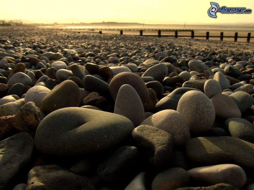 piedras, cielo amarillo
