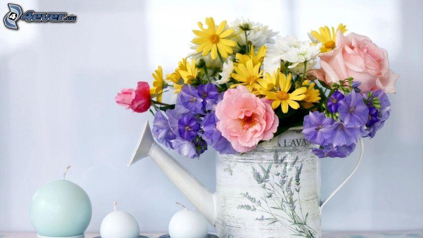 flores de campo, regadera, velas