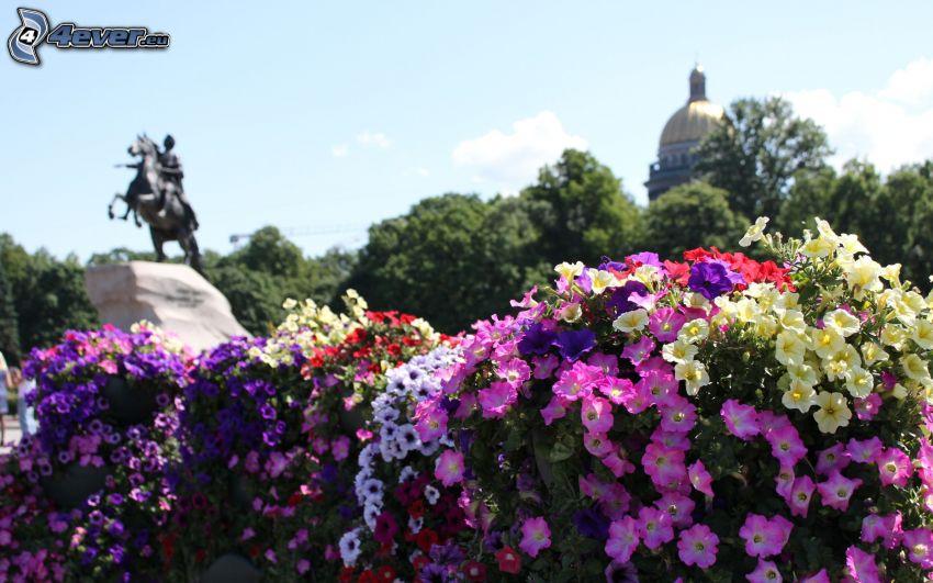 flores de colores, estatua