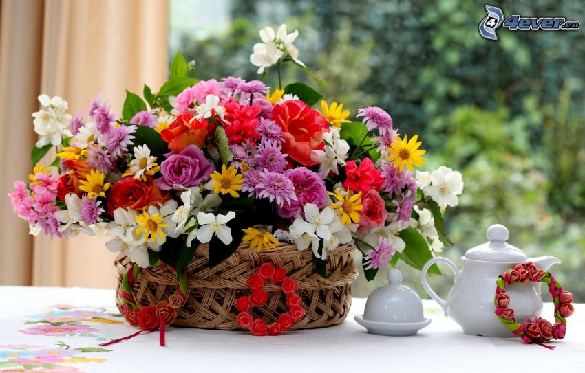 flores del campo en un florero, tetera, té