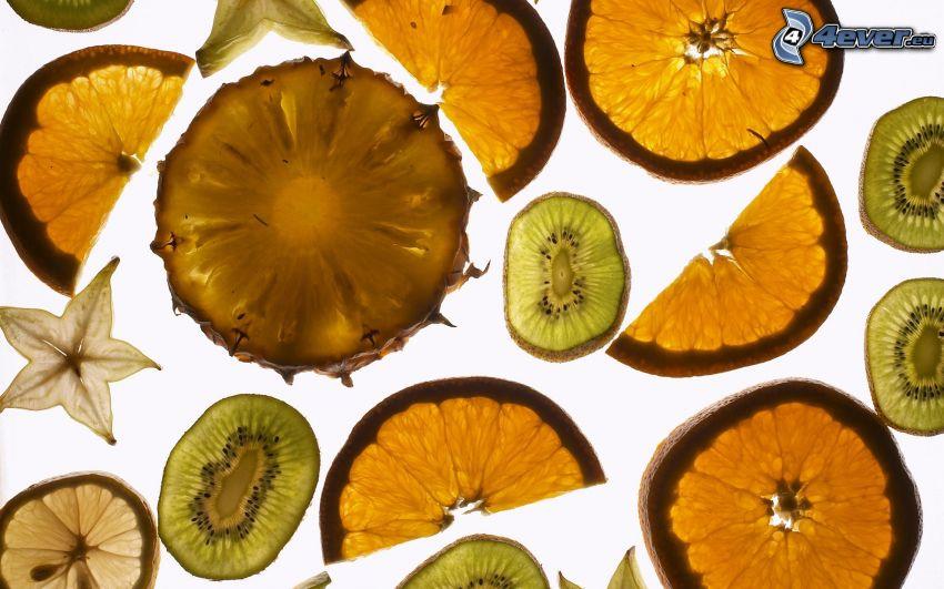 fruta, piña, naranjas en rodajas, kiwi en rodajas, rodajas de limón, carambolo