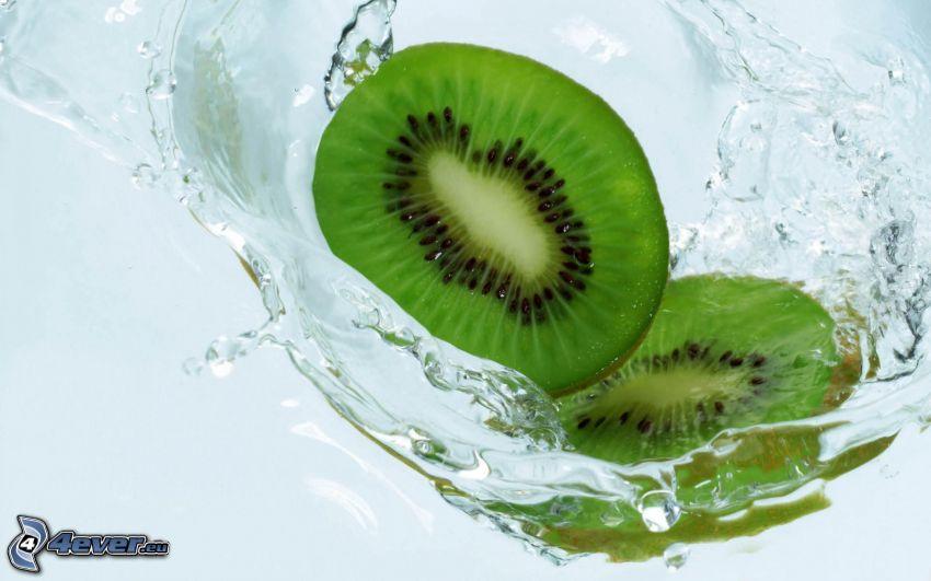 kiwi en rodajas, agua
