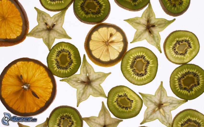 kiwi en rodajas, naranjas en rodajas, carambolo