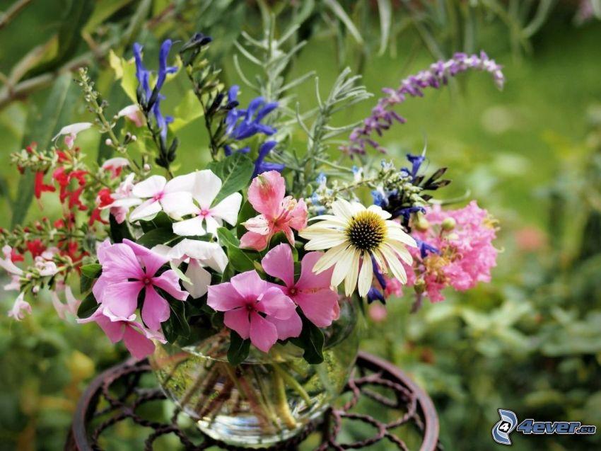 ramo, flores del campo en un florero