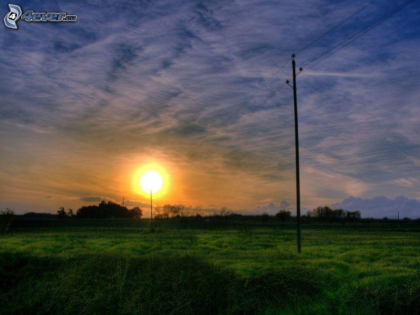 puesta de sol en la pradera, alambrado